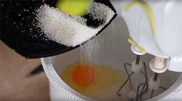 взбивание яиц с сахаром и солью